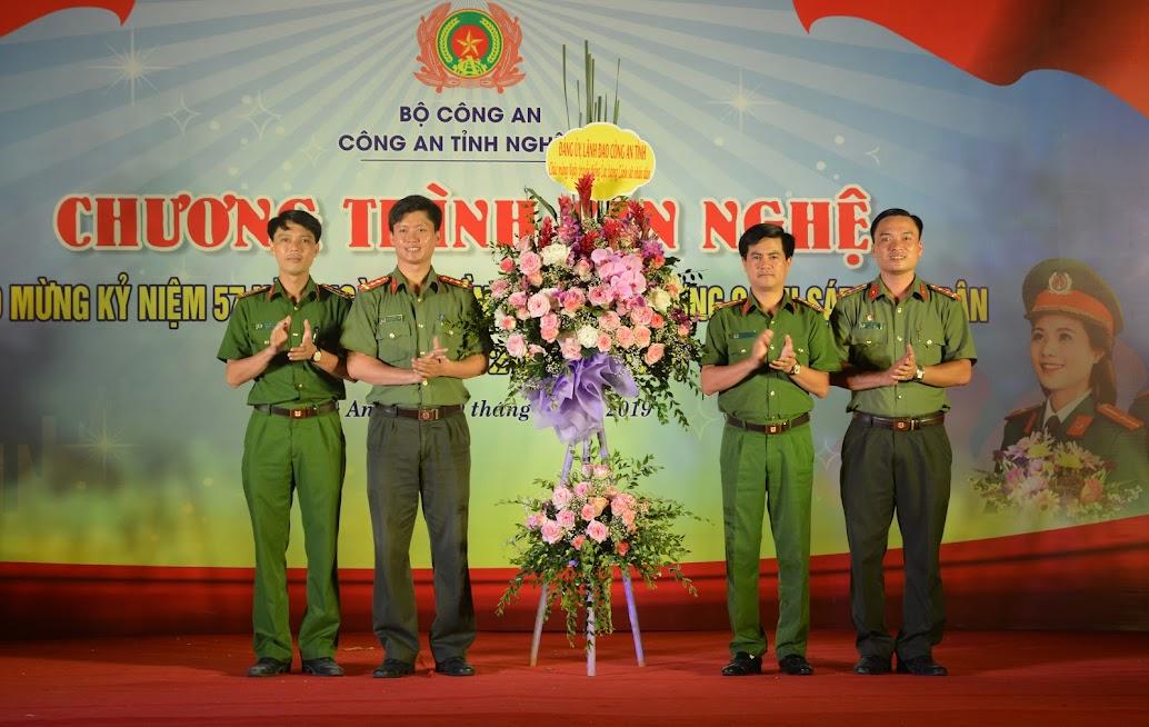 Đại tá Nguyễn Đức Hải,  Phó Giám đốc Công an tỉnh đại diện Lãnh đạo Công an tỉnh Nghệ An tặng hoa chúc mừng Ngày truyền thống lực lượng CSND