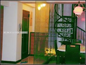 Photo: 夾紗玻璃隔開玄關及樓梯