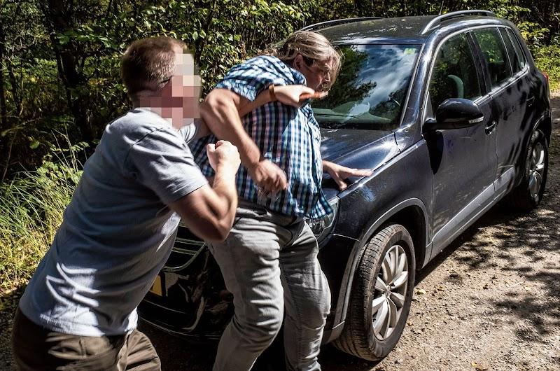 foto: © Chris Keulen - Amerikaanse militair geeft activist Nico Trommelen een stomp