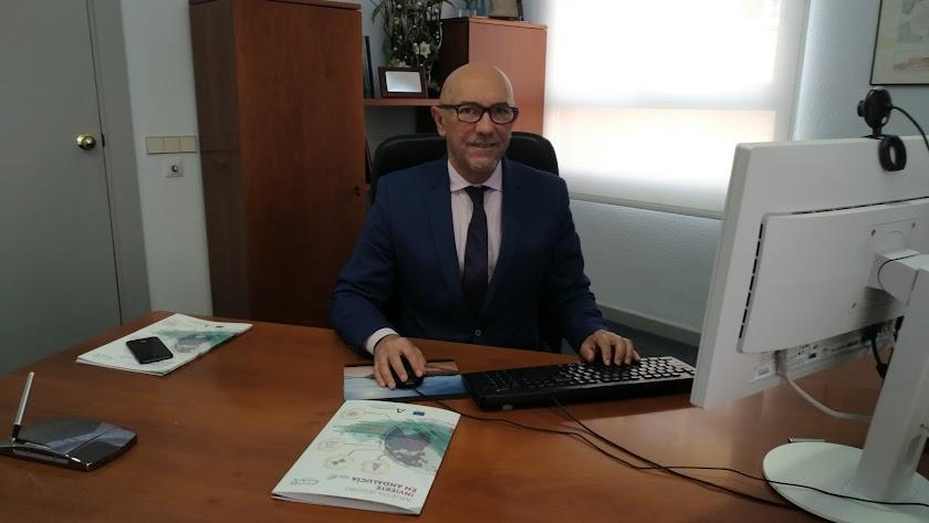 José Manuel Rodríguez, en su oficina de la Agencia IDEA
