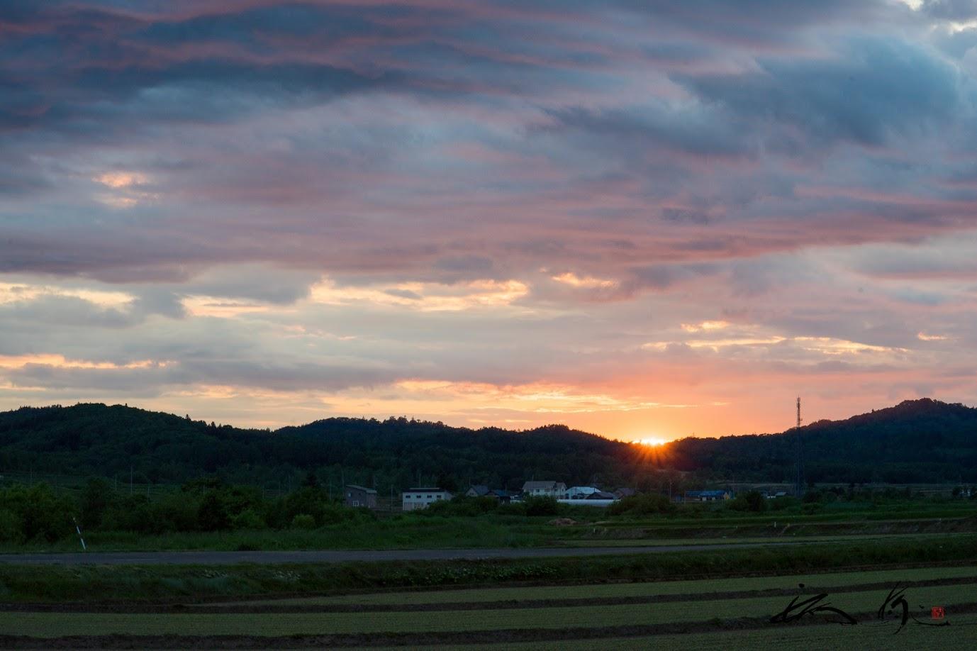 灰色の雲と夕陽