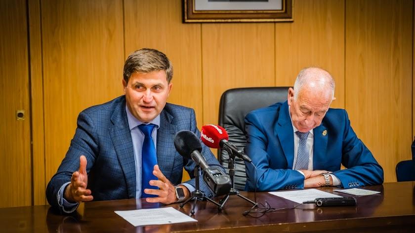 El concejal de Empleo y fondos europeos, junto al alcalde, durante la presentación del inicio del proyecto.