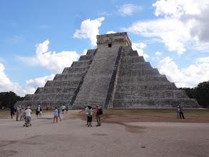 Photo: El Castillo (Pyramid of Kukulcán). Uvnitř je ještě jedna starší a menší pyramida postavená 800 našeho letopočtu. Bohužel se na ní nesmí lézt. Ve skutečnosti to je májskej kalendář - devět pater schodů je rozděleno schodama na 18, což reprezentuje 18 měsíců v roce. Každý schodiště má 91 schodů, celkem teda 364, což nám i s horní plošinou dává 365 dní v roce.