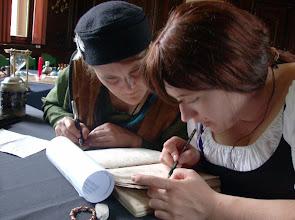 Photo: Ela und Alanis bei der Übersetzung des ersten Schriftstücks.