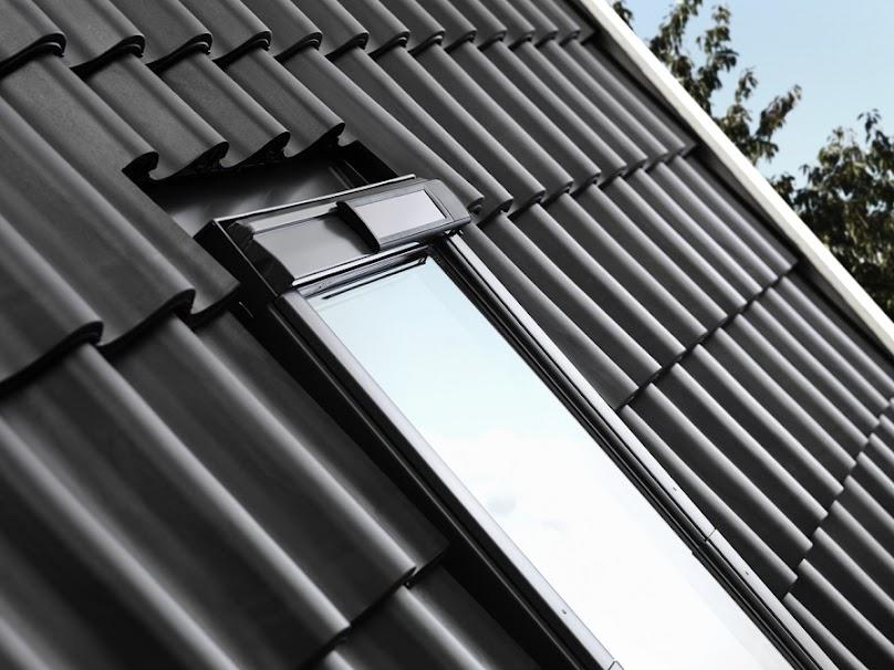Okno VELUX GGU z panelem naokiennym z ogniwem fotowoltaicznym z czujnikiem deszczu