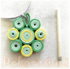 Photo: Colier cu pandantiv verde şi galben Pandantiv : tehnica quilling, lacuit şnur din piele întoarsă gri, cca. 50 cm reglabil Preţ: 14 lei