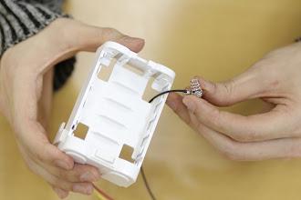 Photo: もう一方の電極も写真の位置の穴から再び表側へ通します。