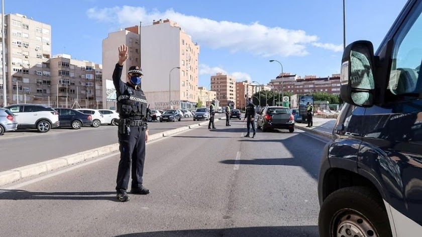 Control de la Policía Local en uno de los accesos a la capital.