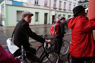 Photo: Po chvíli nás dohnal déšť, tak jsme na moment zastavili po střechou u Babylonu, abychom oblékli bundy a pozdravili našeho druhého hlavního sponzora kampaně DPNK.  Autorka: Sylva Švihelová