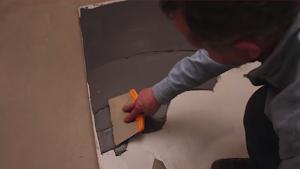 realiser-soi-meme-son-beton-cire-etape-numero-2-application-du-revetement-en-beton-les-betons-de-clara-reseau-dapplicateurs-specialise-dans-la-pose-du-revetement-en-beton-cire