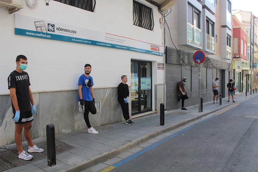 Público esperando su turno de entrada en Carlos King Peluqueros, en calle González Garbín.