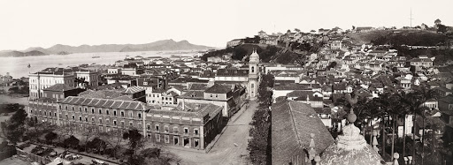 Primeiro de Março street and beginning of the Misericórdia street ; Imperial Palace to the left; Castelo hill in the background (mounted panorama)