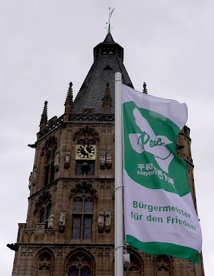 Rathausturm und Flagge.