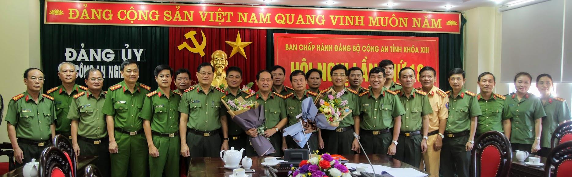 Các đồng chí trong Đảng ủy Công an tỉnh chụp ảnh lưu niệm
