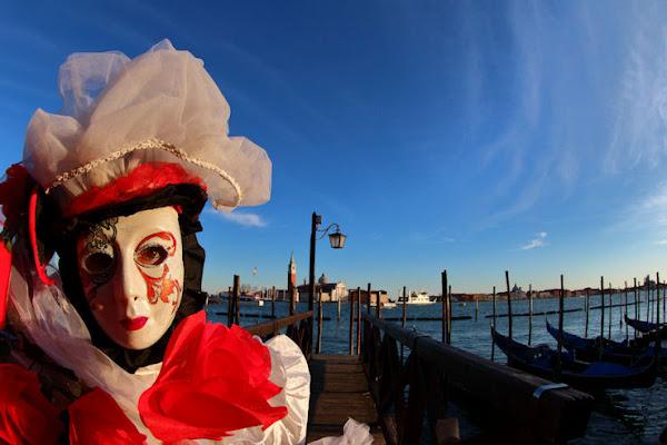 Due gondole Raccontano del Carnevale a Venezia di Sgheno