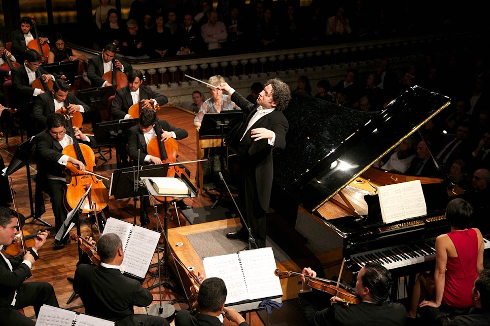 El Maestro Gustavo Dudamel dirigió en el Palau de la Música Catalana la canción de amor que escribió Oliver Messaien en 1949 y a la que llamó Sinfonía Turangalila. Turanga significa ritmo y movimiento y Lila significa amor y lucha de la vida contra la muerte.