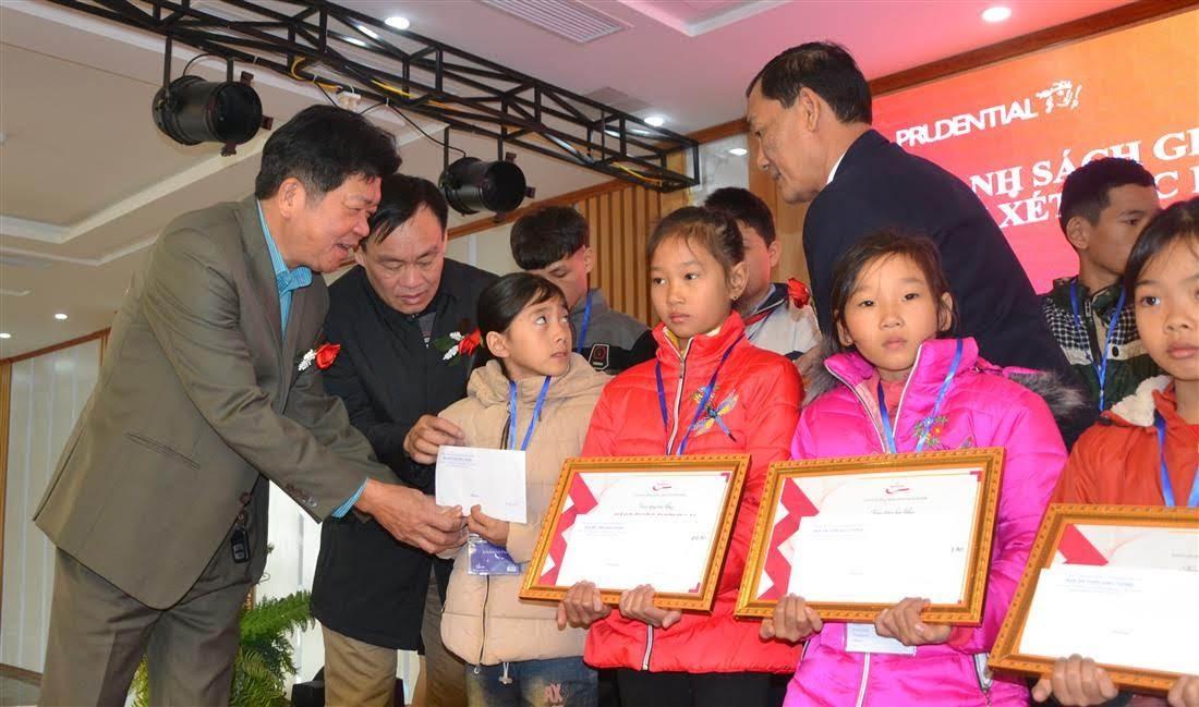Đồng chí Võ Minh Đức, Chánh Văn phòng Ban ATGT  tỉnh tặng quà cho các em