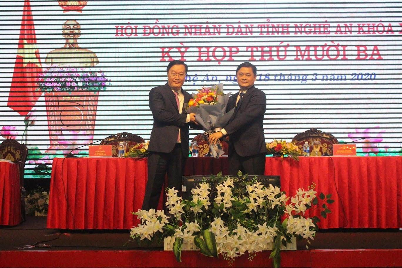 Ông Thái Thanh Quý, Bí thư Tỉnh ủy tặng hoa chúc mừng ông Nguyễn Đức Trung