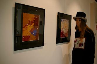 Photo: Doreen Wolff vor zwei ihrer Acrylarbeiten aus dem Jahr 2012