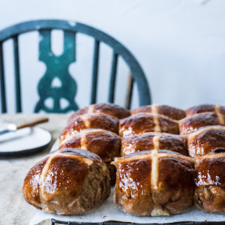 APPLE & CINNAMON HOT CROSS BUNS.