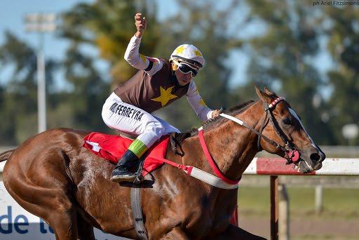 Castigos severos para dos jockeys en La Plata