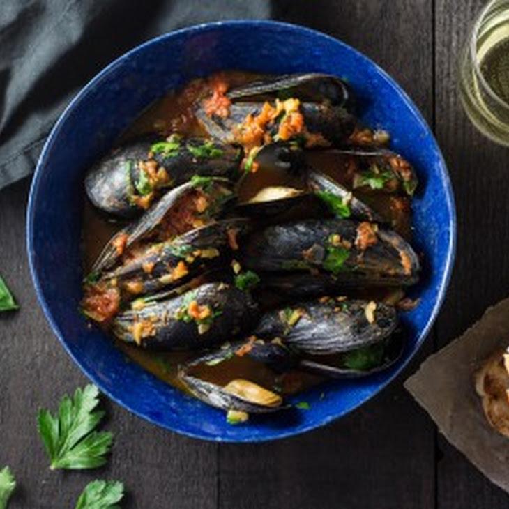 Mussels in Saffron-Tomato Broth Recipe | Yummly