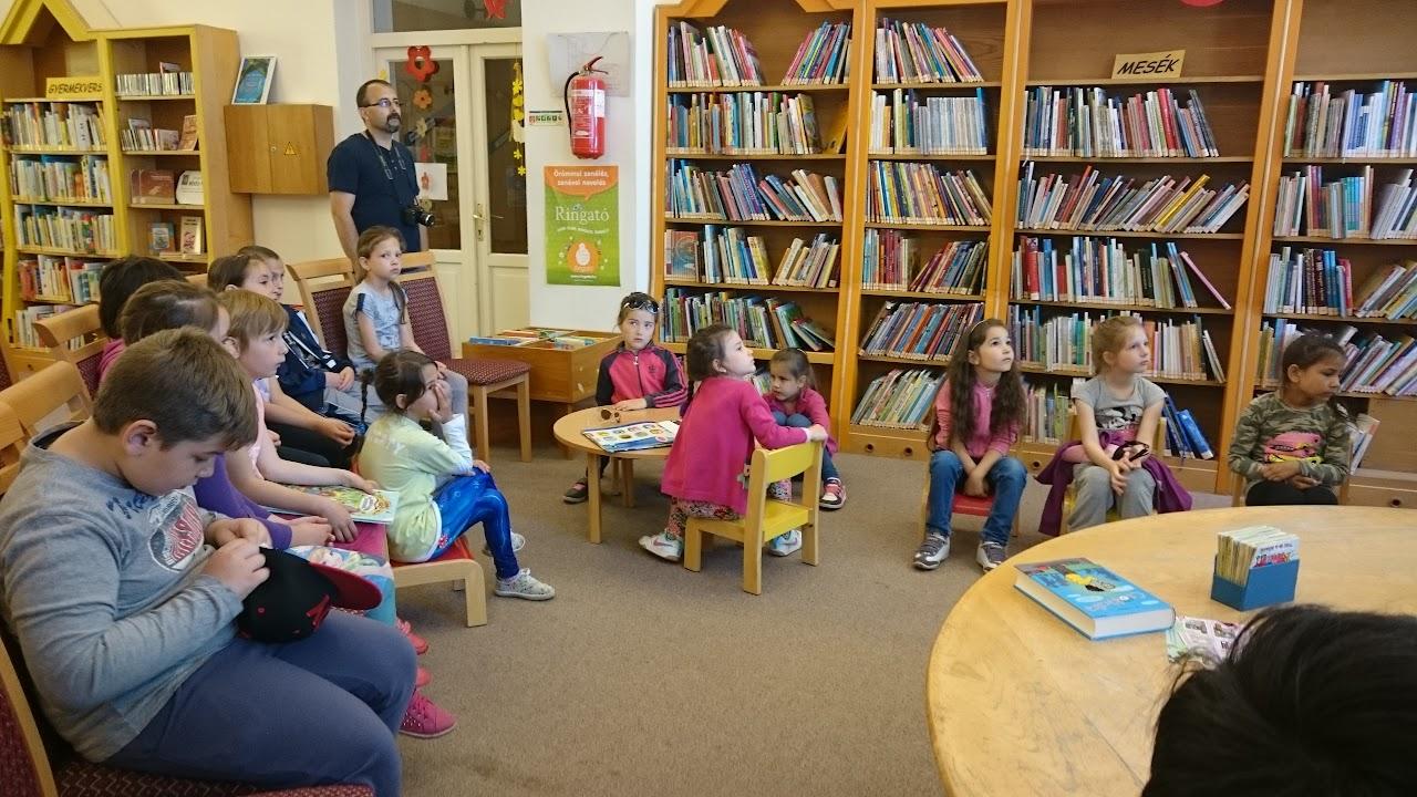 Könyvtárlátogató gyerekek