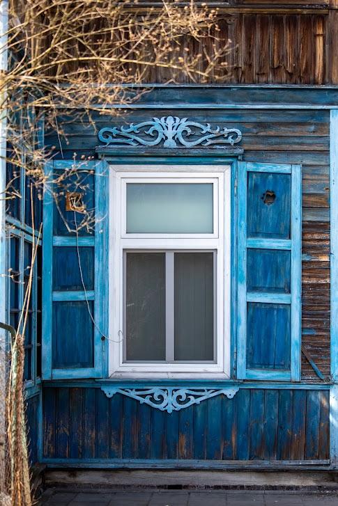 drewniane okno z okiennicą, Otwock