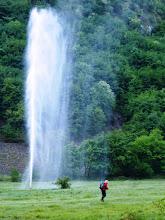 Photo: Questo tipo vuole farsi la doccia mattutina sfruttando la forza della natura