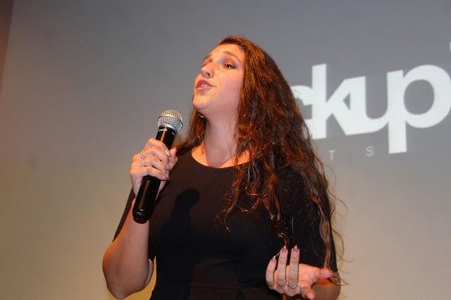 La cantante Carmen Gómiz abrió el evento Fuckup Nights.