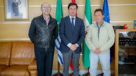 El alcalde y el concejal de Agricultura con el presidente de FERAL