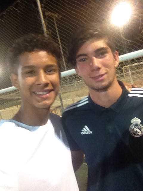 Theo, hijo de Zidane con la camiseta negra.