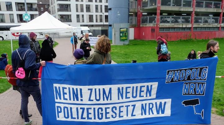 Demonstrierende vor Landtagsgebäude, Transparent: «Nein! Zum neuen Polizeigesetz NRW».