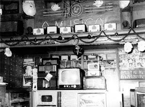 Photo: Interior da loja A Musical. Provavelmente foto da década 1960