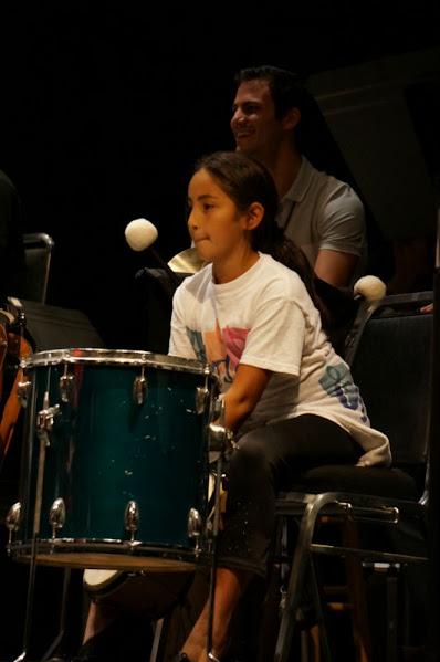 Durante la interpretación del Chamambo, de Manuel Artes,  la única niña de la fila de percusión del programa Enriching lives trough music se une al ritmo de la música con los integrantes de la Orquesta Sinfónica Simón Bolívar de Venezuela