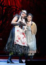 Photo: Wiener Staatsoper: HÄNSEL UND GRETEL. Inszenierung Adrian Noble. Premiere 19.11.2015. Michaela Scuster, Ileana Tonca. Copyright: Barbara Zeininger