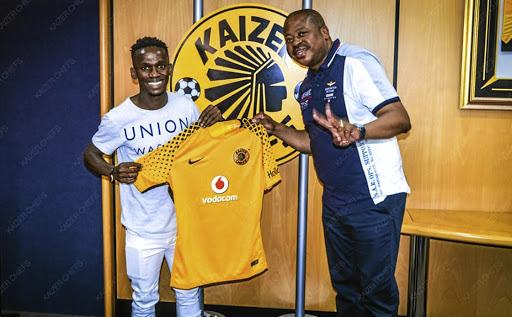 Kaizer Chiefs boss Bobby Motaung welcomes  midfielder Kabelo Mahlasela at Naturena. /Twitter