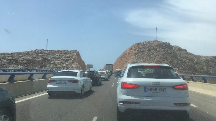 Retenciones de este mediodía en la vía de circunvalación de Almería.