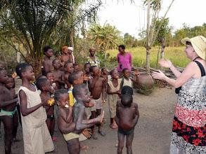 Photo: Monique chante et danse avec les enfants admiratifs et joyeux