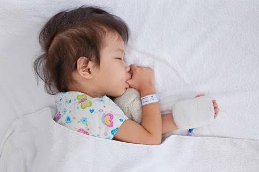 Khi bé bị sốt cha mẹ nên và không nên làm gì