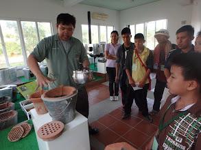 Photo: Learning about improved energy efficient tools for traditional Thai style cooking  คณะครูและนักเรียนมาเรียนรู้อุปกรณ์ที่ใช้ในการหุงต้ม และเตาประหยัดพลังงานประเภทต่างๆ