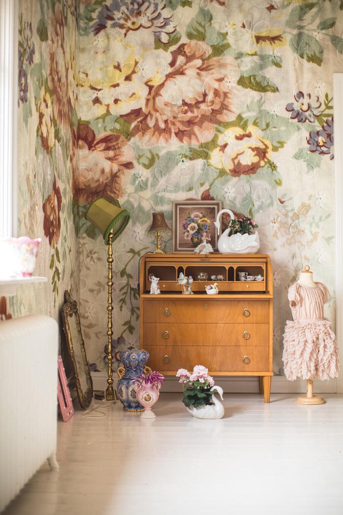 Motif bunga pada wallpaper dalam hunian bergaya vintage - source: homedit.com