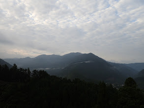 黒尾山(中央)から銚子ヶ口(中央左)