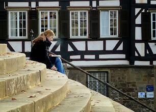 Photo: Schwäbisch Hall: Lesepäuschen vor Fachwerk auf der Freitreppe von St. Michael.