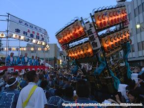 Photo: 【平成23年(2011) 本宮】  祭典本部席に先を向けての神輿もみ。