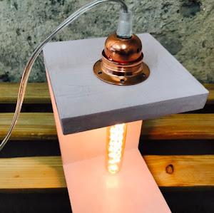 lampe béton couleur rose pastel avec son ampoule à filaments