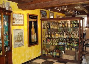 Photo: Aperçu de la collection : hallucinant !  Ce n'est pas tous les jours qu'on peut voir tant de vieilles chartreuses ! Incroyable collection de bouteilles anciennes en très bon état. Il y a des gammes complètes, des bouteilles centenaires, des raretés et des merveilles.  Une très belle présentation... un vrai musée.     http://delachartreuse.blogspot.com/2011/05/chartreuse-collection.html (merci à Marc)
