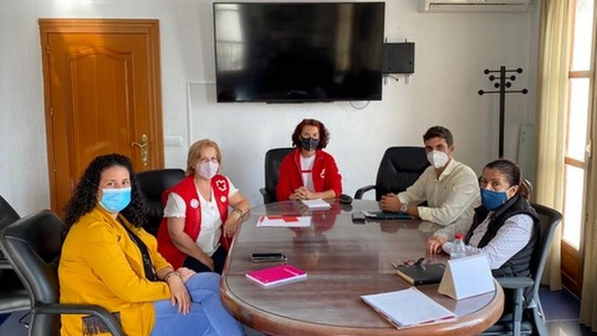 La alcaldesa de Mojácar, Rosa María Cano, junto a la directiva de Cruz Roja en el municipio.
