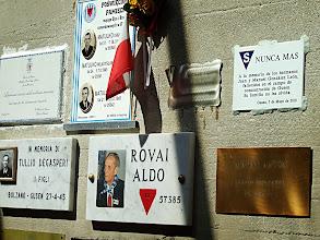 Photo: En el recinto del horno crematorio de Gusen, placas en recuerdo de los asesinados, entre la que se encuentra la de los hermanos González León
