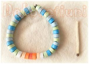 Photo: Brăţară albastră cu orange, quilling Mărgele realizate manual prin tehnica quilling, lăcuite Şnur:  elastic negru Preţ: 15 lei